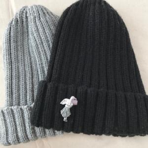 ニット帽とブローチ