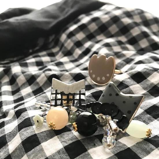 チェックスカートとイヤリングのコーディネート